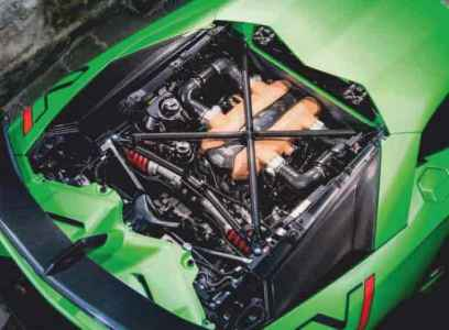 Lamborghini Aventador SVJ vs Ferrari 812 Superfast