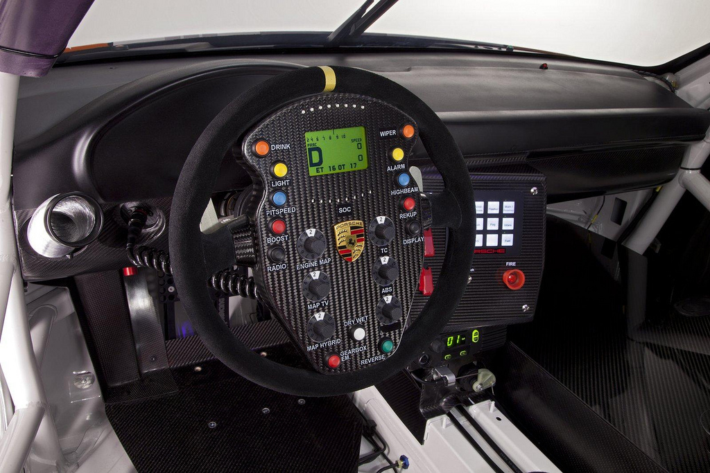 Porsche 911 GT3 R Hybrid 2.0 салон