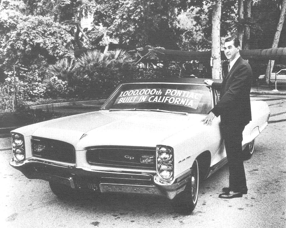 Джон Делориан рядом с юбилейным Pontiac GTO