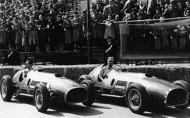 На фото - два болида 375 Indy на «Индианаполис Мотор Спидвей»