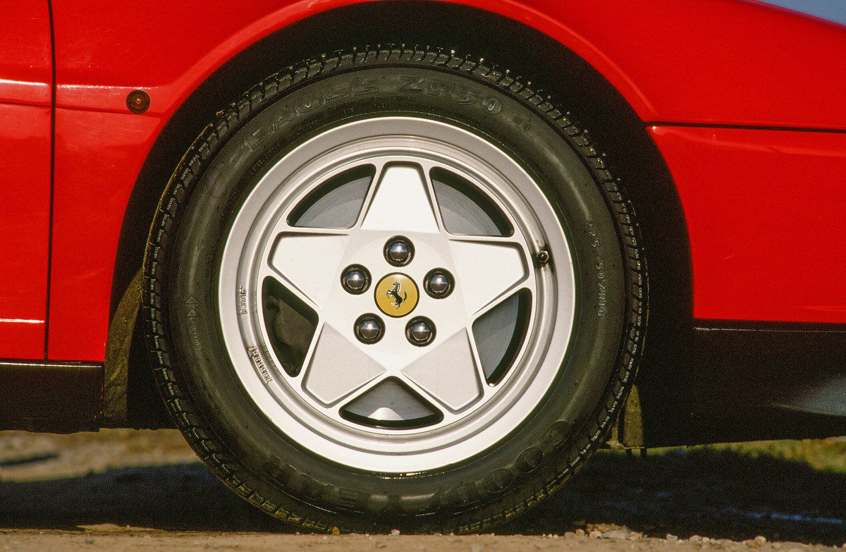 Ferrari Testarossa vs. BMW M5 E34 - 1990 giant road test