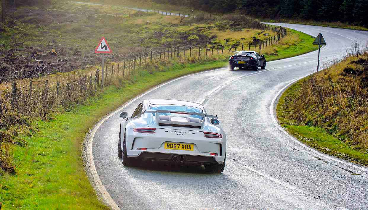 2018 Porsche 911 GT3 991.2 vs 2018 Lotus Evora GT430