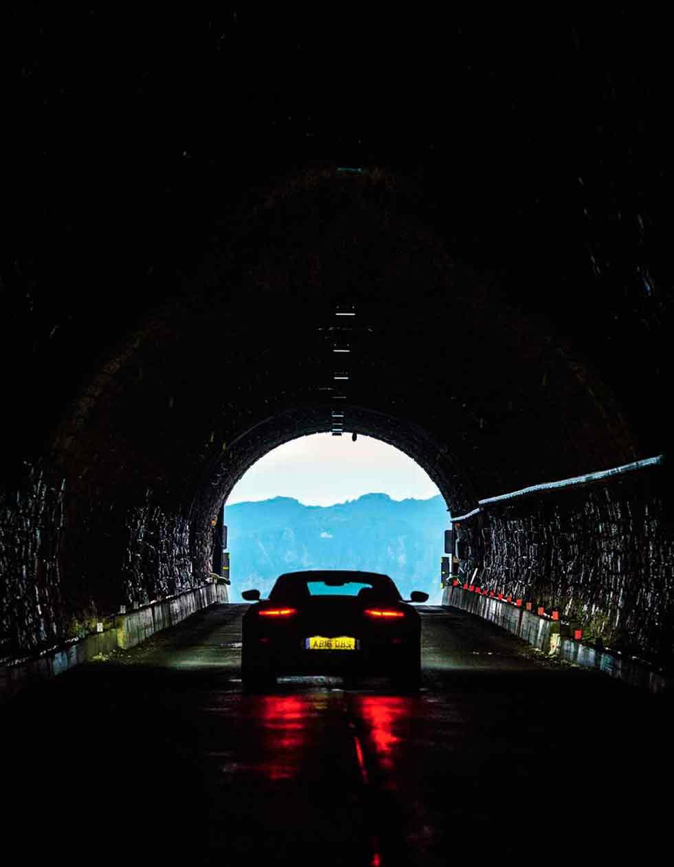 2019-Aston-Martin-DBS-Superleggera
