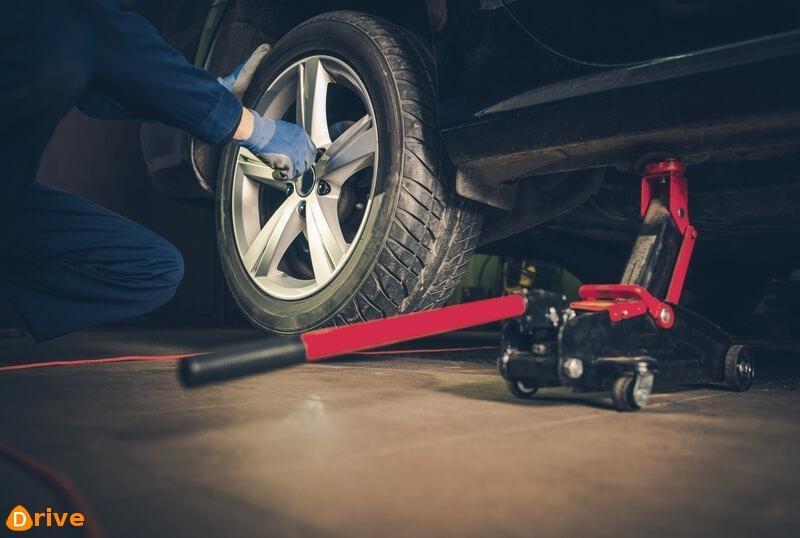Auto mechanic rotating tires